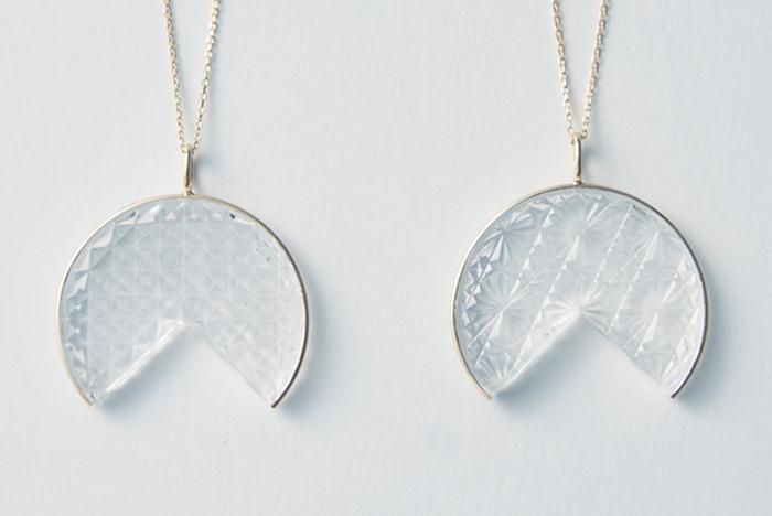 江戸切子の4代目が、クリスタルガラスを切り出すところから全て手作業で製作している「KIRIKOネックレス」。ユニークなフォルムの上に切り出された伝統的な菊つなぎと魚子(ななこ)柄は、これまでにないデザイン性のアイテム。