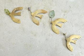 京都で雑貨店「ちせ」を営みながら、自身のアクセサリーを制作している、彫金作家である谷内亮太さん。谷内さんがデザインするアクセサリーは、鳥や魚、花などの動植物、月や星など宇宙を感じさせるモチーフがたくさん。