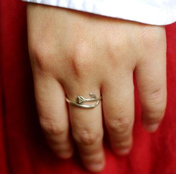 はめてみると、指にお花が絡み付いているようなデザイン。シルバーの中でも柔らかいsilver950を使用しているので、自分の指のサイズに合った大きさに調節可能です。