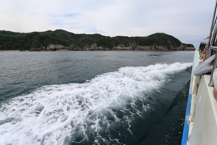この豪快な景観を間近で楽しめる、とっておきの体験ができるのが、「浦富海岸島巡り遊覧船」。