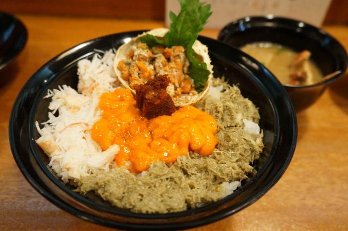 ズワイガニの美味しさをぎゅっと詰め込んだ「味暦あんべ」の親がに丼。早めの予約が必要で期間限定となりますが、こちら、鳥取県民でも憧れの逸品。
