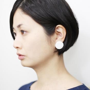 奈良在住の陶芸家・比留間郁美さんが作陶した白い磁器パーツが使用されたピアス。磁器ならではの温かさが感じられ、身に着けると優しい印象に。
