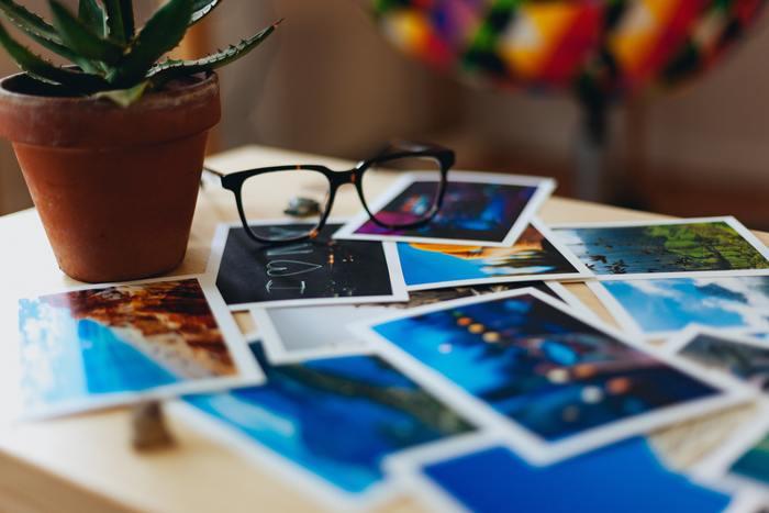 スマホや写真機などに保存した写真を出力しましょう。最近は便利な写真プリントのアプリも多く出ているので、一番コスパの良いサービスを選ぶのも良いでしょう。
