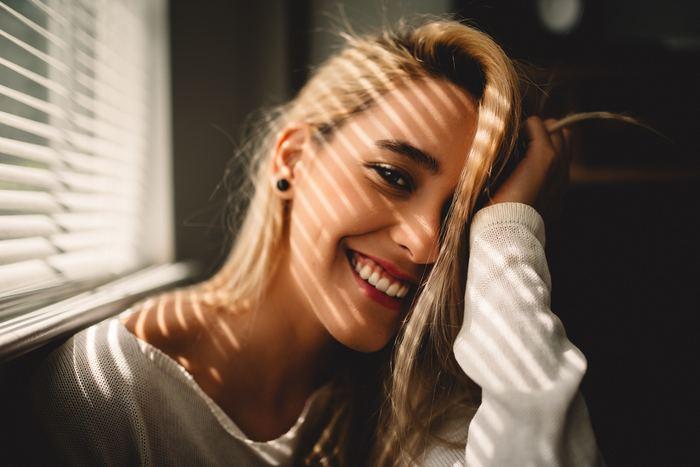 やっぱり女の子は笑っている姿が一番素敵。カメラを向けられると表情が強張ってしまってうまく笑顔ができない方に、素敵な笑顔で写真に写るコツをご紹介します。