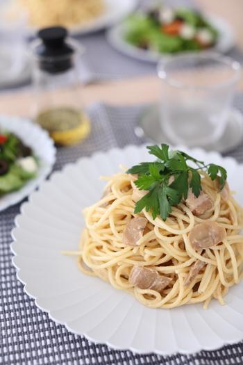 パスタ料理や炒め物など、様々な料理にコクと旨みをプラスする「パンチェッタ」。 自宅でも簡単に手作りできるって知っていましたか? 市販のものはもちろん美味しいですが、お家で手作りしたパンチェッタならその味わいも格別。 今回は自家製パンチェッタと、パンチェッタを使った美味しいレシピをご紹介します♪