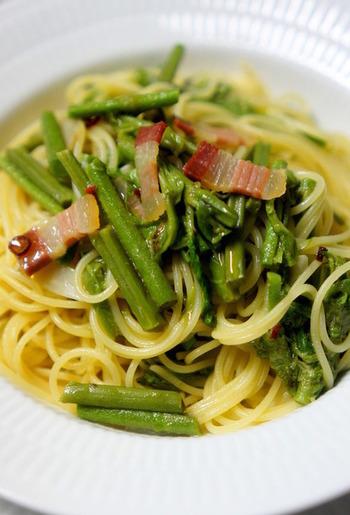 パンチェッタはイタリアンの人気パスタ料理、「ペペロンチーノ」にも良く使われます。山菜が美味しい季節には、こちらのように蕨を使った和風パスタを作ってみませんか?パンチェッタのコクのある味わいと山菜特有のほろ苦さ、唐辛子のピリリとした辛さなど、様々な魅力が詰まった一品です。