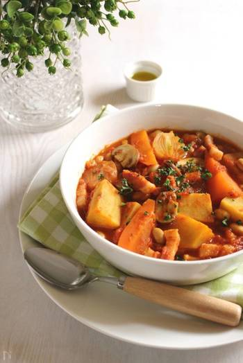 こちらはサツマイモや人参などの根菜類と、大豆・マッシュルームを合わせた具沢山の「トマトスープ」。クミンのスパイスをアクセントにしたおしゃれな一品です。朝食にお野菜たっぷりのスープを食べれば、一日元気に過ごせそうですね◎。