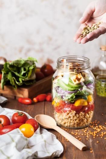 """ダイエットを始めると食事の量を減らす人が多いですが、バランスのよい食事を実現するためには、減らすのではなく足りない食品を""""補う""""ように心がけましょう。現代人に特に不足しがちなのが特にミネラル。鉄や亜鉛、カルシウムなど、不足しがちな栄養素を補えば、食べものに制限をしなくても、食べたものをエネルギーに変えやすくなります。"""