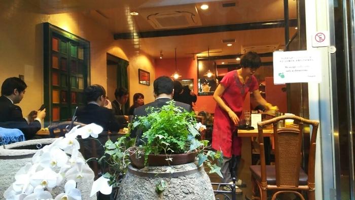 江戸期から経済と文化を牽引してきた「東京駅」周辺は、商業施設も街も洗練され、買物も散策もしやすいのが特徴的です。新宿や上野、浅草といった他のカレー人気エリアと比較して、女性一人でも気軽に入りやすい店が多く、アジア料理店に行き慣れていない方に特にお勧めです。【女性一人でも入りやすい北インド料理の人気店「グルガオン」】