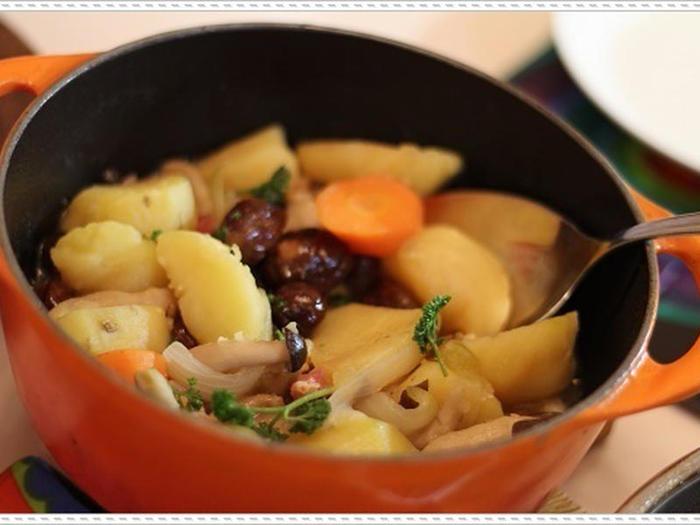 こちらはジャガイモ・人参・たまねぎ・シメジ・甘栗に、パンチェッタを加えてル・クルーゼで煮込んだ美味しい「塩じゃが」です。ホクホクのじゃがいもと甘栗が美味。ル・クルーゼならそのままテーブルに出してもおしゃれな雰囲気なので、家飲みやおもてなしにもぴったりです。