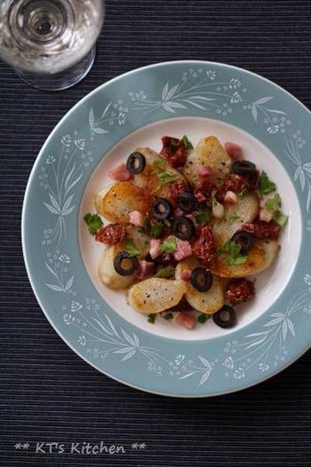 幅広い料理に使えるパンチェッタは、炒め物・焼き物・煮物料理にも◎。こちらはフライパンでこんがりと焼いたパンチェッタと菊芋に、ドライトマトとオリーブを合わせたおしゃれな一品。ワインとの相性も抜群です。