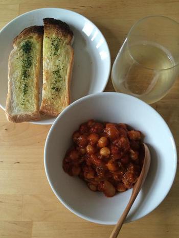 こちらは自家製パンチェッタにひよこ豆と玉ねぎを合わせ、トマトとスパイスを加えた美味しい煮込み料理です。こんがりと焼いたトーストとお気に入りのワインがあれば、至福の時間が過ごせそうですね♪