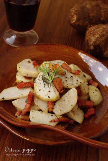 ワインのお供には、ローズマリーの香りをアクセントにした「里芋とパンチェッタのソテー」もおすすめです。シンプルな材料で簡単に調理できるので、里芋が美味しい季節になったらぜひ作ってみませんか?