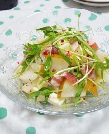 「生ベーコン」とも呼ばれるパンチェッタは、加熱せずに生ハムのようにそのまま食べることもできます。こちらは梨・モッツァレラ・空心菜の新芽に、パンチェッタを合わせたおしゃれな一品です。空心菜の代わりに、イタリアンパセリを使っても美味しくいただけるそうです。サッと手早く作れて彩も綺麗なサラダは、普段の食卓にはもちろんのこと、おもてなしシーンにもおすすめです。