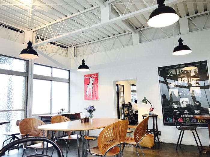 焙煎工場をイメージして作られた店内は、明るく開放的。大きなアートポスターがインテリアにモダンなアクセントを加えています。