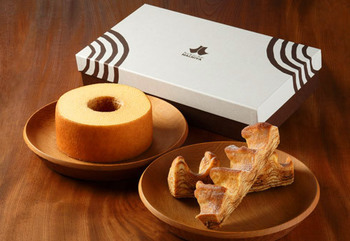 定番の「はちやバウム」の他にも外がカリッとしてバター感の強い「ろっくバウム」、栃木県産のいちごを練り込んだ「はちやバウム いちご」などいろいろ種類があります。どれも店内で試食ができるので、自分好みが選べますね。