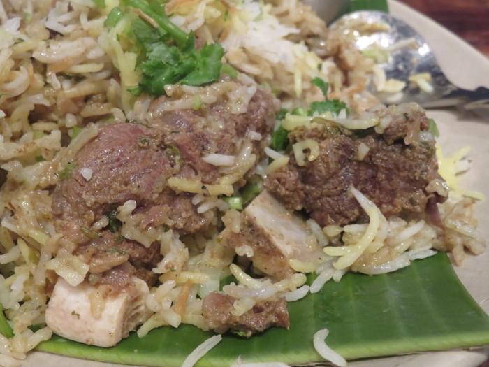 """""""世界三大炊き込みご飯""""と呼ばれる「ビリヤニ」は、パキスタン料理の一つと云われていますが、中東から東南アジアまで広く食されている米料理です。  ビリヤニの調理法は、国や地方によってが異なりますが、概ね長粒米を、香辛料等で味付けした肉や野菜の具材共に炊き上げた(蒸し上げた)ものです。複雑な香りと辛味、具材の旨味と穀物の甘味が、渾然一体となった味わいが、ビリヤニの美味しさです。【「ダバ・インディア」の名物『ハイデラバードマトンビリヤニ』】"""