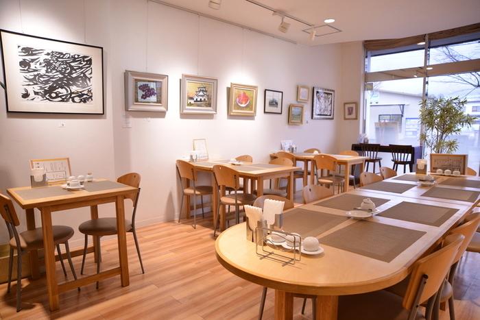 鬼怒川温泉駅から徒歩4分ほど、店内にはさまざまな絵画が飾られるギャラリーカフェ施設。サンドイッチやお料理はどれもボリューム満点。パンの販売も行なっているのでスペーシアでお帰りになるその前に寄ってみるのもよいですね。