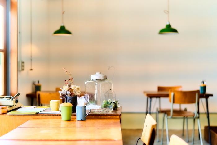 ナチュラルな雰囲気の店内は、小物や照明など色使いが素敵。テーブルの間隔が広めで、開放感があります。