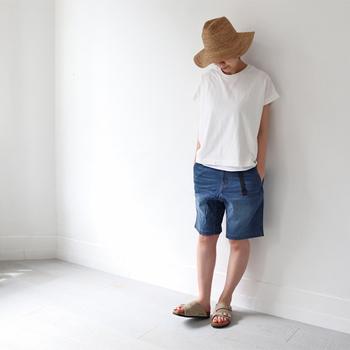 どこか懐かしさを感じるメンズライクなデニム素材のハーフパンツ。ホワイトカラーのTシャツと合わせれば、爽やかさ満点!つばが大きめの帽子を合わせれば、エレガントさがプラスされ、大人コーデに仕上がります。