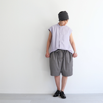ボリューム感が特徴的なワイドサイズのハーフパンツ。ゆるっとしたラフなシャツと合わせたリラックスな着こなしが可愛いですね。