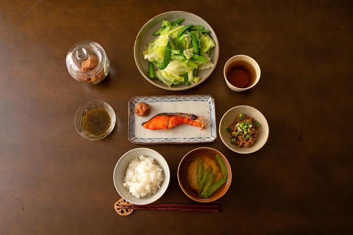 また、栄養バランスも良いのが理想的ですよね。ヘルシーな野菜を意識的に取り入れたり、時短で品目を増やしたい場合は、「作り置きおかず」を活用するのもおすすめです。