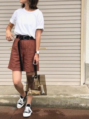 落ち着きのあるブラウンカラーのハーフパンツ。Tシャツをインして、足元にはスニーカーを合わせれば、屋外のおでかけシーンにピッタリなアクティブスタイルの完成です。