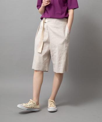 ナチュラルなベージュカラーのハーフパンツ。たまには、カラフルなTシャツを合わせてみるのも素敵です。ちょっぴり長めの丈で、シンプルなカジュアルスタイルもサマになります。