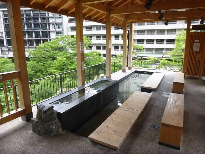 目の前は鬼怒川渓谷!美しい景色を眺めながらくつろげる無料足湯スポット。  <営業時間>9:00~17:00 <料金>無料