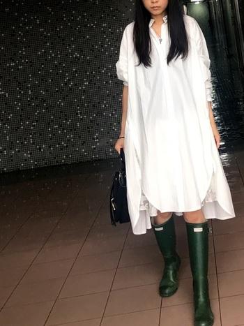 白いふんわりシャツワンピにグリーンのロングレインブーツがとっても可愛い着こなしには、ブラックカラーのバッグを合わせてカッコよく引き締めて。雨の日もステキな自分らしいファッションをすると楽しい1日になりますよ。