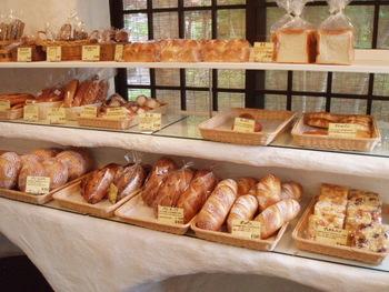 ハード系を中心に、自家製酵母のパンが棚に並びます。白を基調とした店内にセンス良く並んだパンはどれもおいしそう。