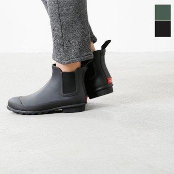 全てゴム成型で雨からがっちり守ってくれるサイドゴアショートブーツ。履き口が広く、脱ぎ履きが楽なのも嬉しいポイントです。レインブーツを持ってない方は、まずは定番のこちらの形から取り入れてみてはいかがでしょうか。