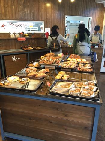 まさに「街のパン屋さん」というアットホームな雰囲気が魅力のベーカリーナサン。毎日食べたくなるような、素材にこだわった惣菜パンやおやつパンがずらりと並びます。