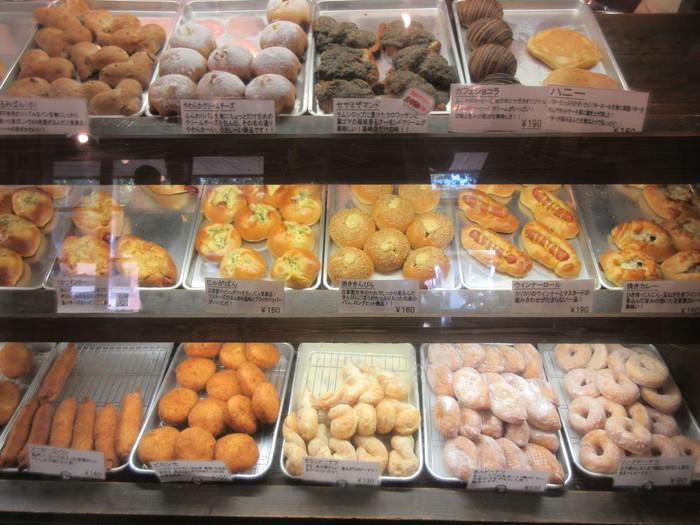 パン屋さんとしてはめずらしい、対面販売もパン・ナガタ箱崎店の特徴。ガラスのショーケースにアルミのバットが敷き詰められ、所せましとパンが並びます。お店の雰囲気と同様に、パンのラインナップもどこか昭和を彷彿とさせる素朴なものがずらり。ついついまとめ買いしたくなる、リーズナブルな価格も魅力です。