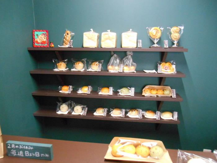 店内は対面販売になっていて、お客さんも2・3人入ればいっぱいに。オープン棚にはぺったんオリジナルのパンがずらりと並び、スタッフさんにお願いしてパンを出してもらうスタイルです。