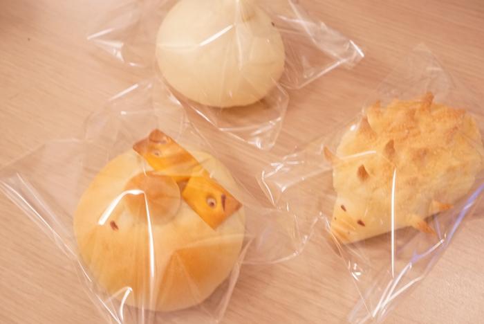 ぱん屋ぺったんのパンの特徴は、何といってもこの面白可愛い見た目。博多の定番みやげとしてもおなじみの「博多にわか」や動物をモチーフにしたパンは、思わずくすっとなってしまうユーモアに溢れています。  お店に並ぶパンは、昼過ぎに訪れるとほとんど売り切れてしまうほどの人気ぶり。写真にも映えるインパクトたっぷりの見た目だけではなく、優しく素朴な味わいも多くの人たちに愛される秘密です。