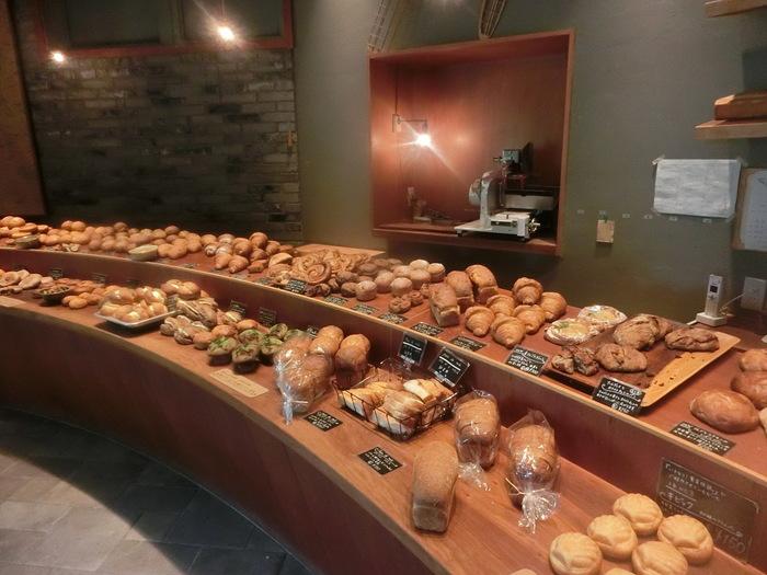 まるで舞台に並ぶ役者のように、パンがずらりと出迎えてくれる店内。冷凍しても美味しく食べられる工夫が凝らされたパンは、遠方から訪れてまとめ買いする方も多く閉店間際にはほとんど売り切れている人気ぶりです。