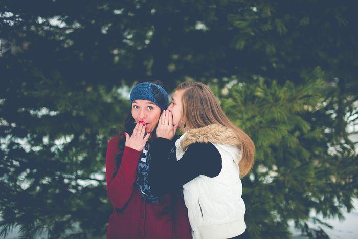 口元を隠すと、顎が隠れて目により視線が行き顔が小さく見えるのでおすすめです。ふわりと笑っているときに手を添えると、上品な印象になります。