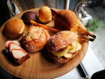1個で満足感たっぷりの惣菜系創作パン、スイーツ系パンなど、アマムダコタンのパンはフォトジェニックなものばかり。