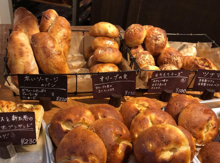 多くの人に愛される福岡のパン屋さんの数々、いかがでしたか。今回、たくさんのお店を巡って感じたのは、ひとくちに「パン」と言ってもそのスタイルや見せ方、販売スタイルは実にさまざまだということ。それぞれのお店で工夫が凝らされていて、魅力的なお店ばかりでした。でも、いずれのお店にも共通する思いは「パンがもたらす幸せなひととき」なのではないでしょうか。  福岡のパン屋さんはブームに終わらず、これからも良きものを残しつつ進化を遂げることでしょう。あなたもぜひ、福岡を訪れた時には個性豊かなパン屋さんを巡ってみませんか。