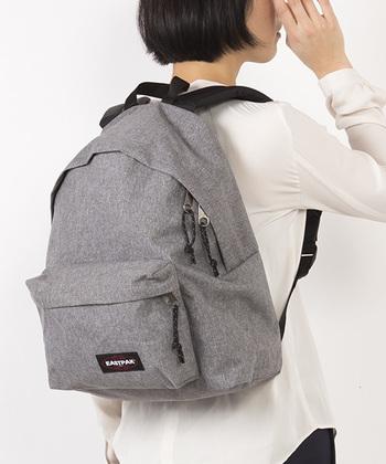 米国陸軍向けのバッグ作りからスタートした「EASTPAK(イーストパック)」のリュック。シンプルで軽く、肩に負担がかからないようパットの入った肩紐は、使い込む程に体に馴染んでいきます。