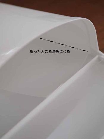 カットしたPPシートをくるりと丸め、折り目がゴミ箱の角にくるように設置しましょう。