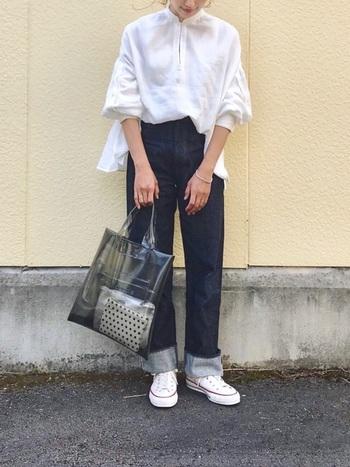トレンドのアイテムとして幅広い世代に人気を集めているクリアバッグ。大きめのトートは、沢山荷物が入るので実用性もgood!いつものコーデが旬なスタイリングに変身しますよ。