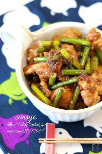 鶏のもも肉とにんにくの芽で作る,甘辛山椒焼き。粉山椒の香りが食欲をそそり、丼にしていただいても◎。