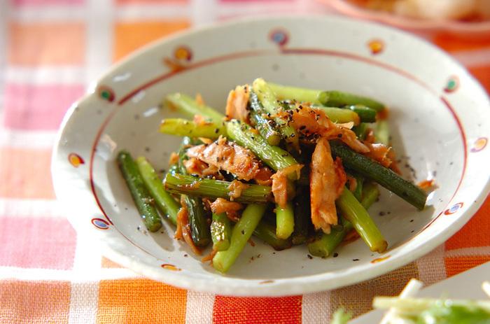 ニンニクの芽とツナ缶をオイスターソースのタレで炒めたレシピは、ニンニクの芽以外は、長期保存が可能な缶詰と調味料なので、ツナ缶を常備しておけば、あとはニンニクの芽があれば簡単に美味しい炒め物を作れて便利。
