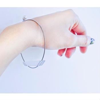 クリア素材のパーツを使ったブレスレットは、まるで氷のようで涼しげ。手首を華奢に見せる効果もあるので、女性らしい手元に仕上がります。