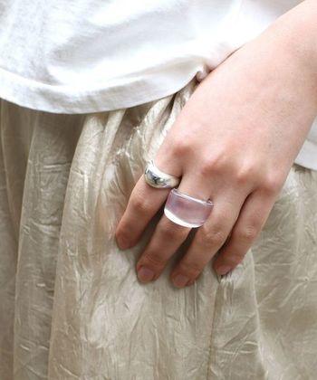 コロンとしたフォルムが可愛いクリア素材の指輪。1つでも素敵ですが、シルバーの指輪を合わせる事で、輝きが一層増して、クリアなリングにも視線が集まります。