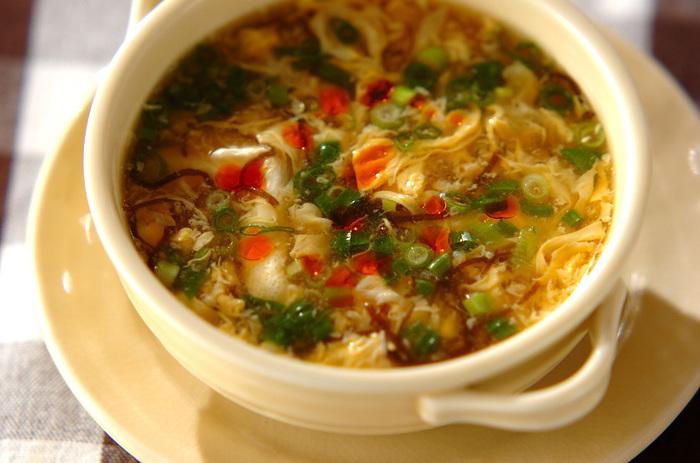 「酸辣湯(サンラータン)」とは、酸味と辛みを効かせた中華スープのこと。夏バテ気味のときや、食欲がないときにぴったりのスープです。  お店で出てくる本格料理のイメージがありますが、意外と簡単。しかも、もずく酢を使えば、ベースの味付けは完了! 仕上げにラー油などを加えると、さらにスパイシーなスープができあがります。