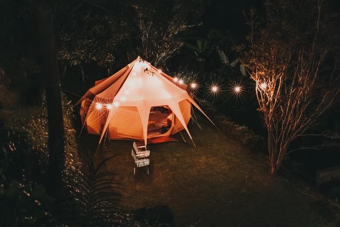 いよいよ夏本番。ここ数年のブームも手伝って、「今年の夏は、アウトドアを楽しみたい!」と考える方も多いのではないでしょうか。  そんな気持ちに応えるべく、日本全国に手ぶらでキャンプが体験できる「グランピング施設」が次々と登場しています。
