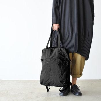 ハンドル部分の長さが程よいので、背負うだけでなく、トートバッグとしても使えて便利です。シーンに合わせて自在にアレンジできるのが魅力的。